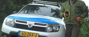 2014-08-25 Zwanendrifter en rattenvanger stuurde anonieme smsjes met NOKIA telefoon (rode cirkel) naar Van Rooy en filmde vermeende stalking met tweede telefoon (gele cirkel) 1