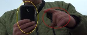 2014-08-25 Zwanendrifter en rattenvanger stuurde anonieme smsjes met NOKIA telefoon (rode cirkel) naar Van Rooy en filmde vermeende stalking met tweede telefoon (gele cirkel) 2